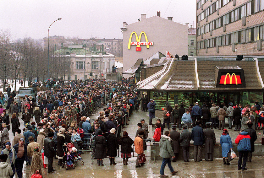 Первый ресторан McDonald's в СССР (Москва, Пушкинская площадь), крупнейший в Европе.  Очередь в день открытия.