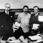 Подписание пакта Молотовым