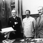 Слева направо: Риббентроп, Сталин, Молотов