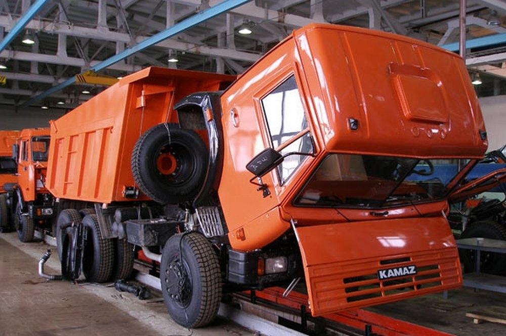 «КАМАЗ» остановил производство из-за падения спроса на грузовики