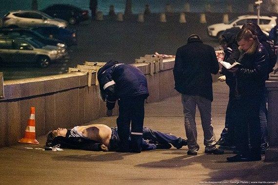 Тело Бориса Немцова на тротуаре Большого Москворецкого моста