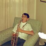 Бен играет на саксофоне