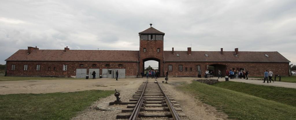Auschwitz_II-Birkenau_(main_gate)