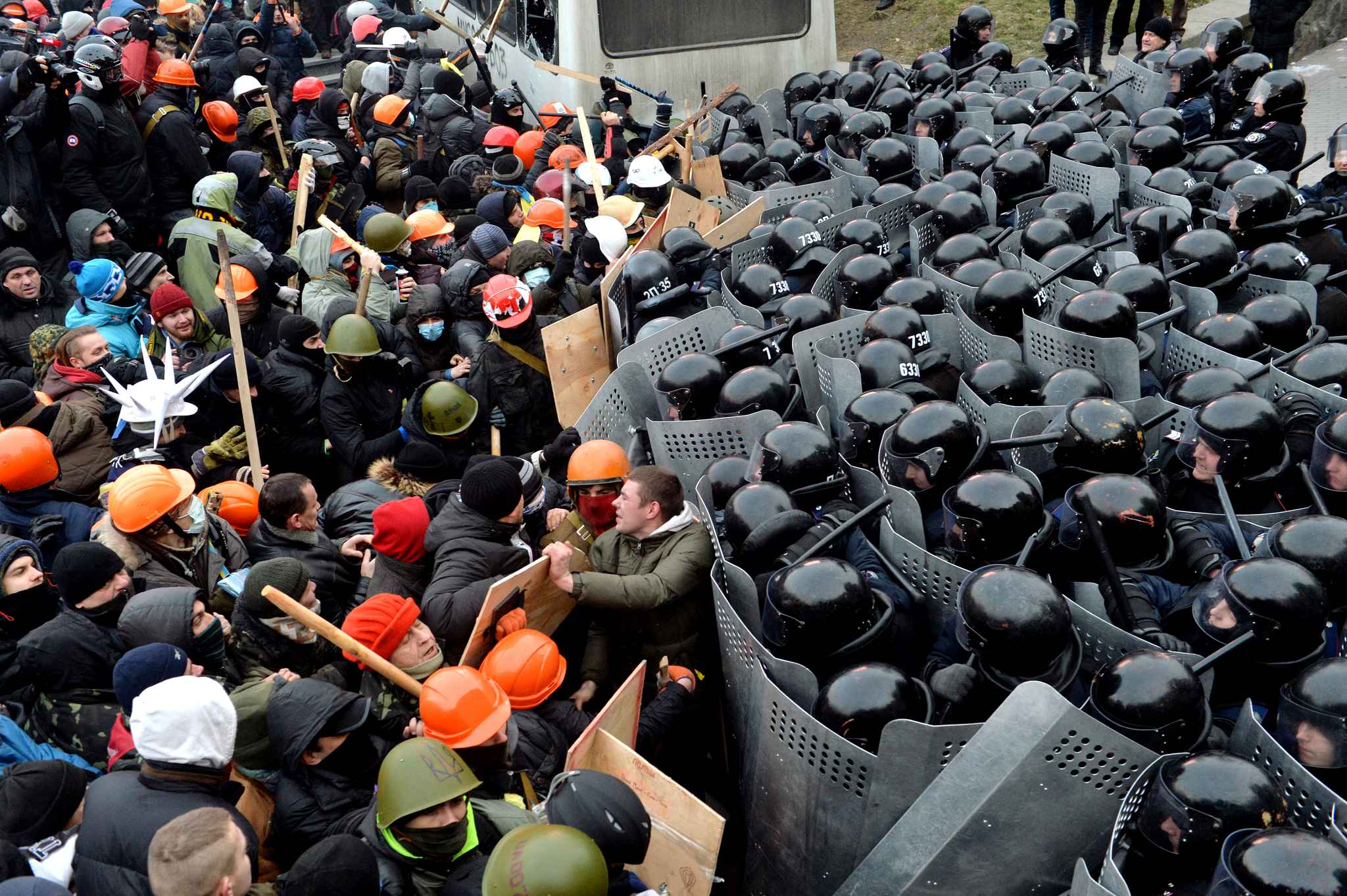 protesters-clash-with-riot-police-d1ac-diaporama