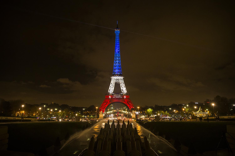 Эйфелева башня в цветах флага Франции