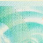 Крошечные отверстия, которые пронзают банкноту в верхней центральной части