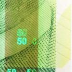 От одной до четырех защитных полос, яркость которых зависит от номинала валюты