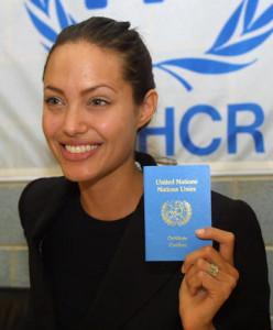 Джоли с паспортом ООН