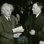 А. Эйнштейн получает сертификат о гражданстве