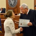 Судья вручает сертификат