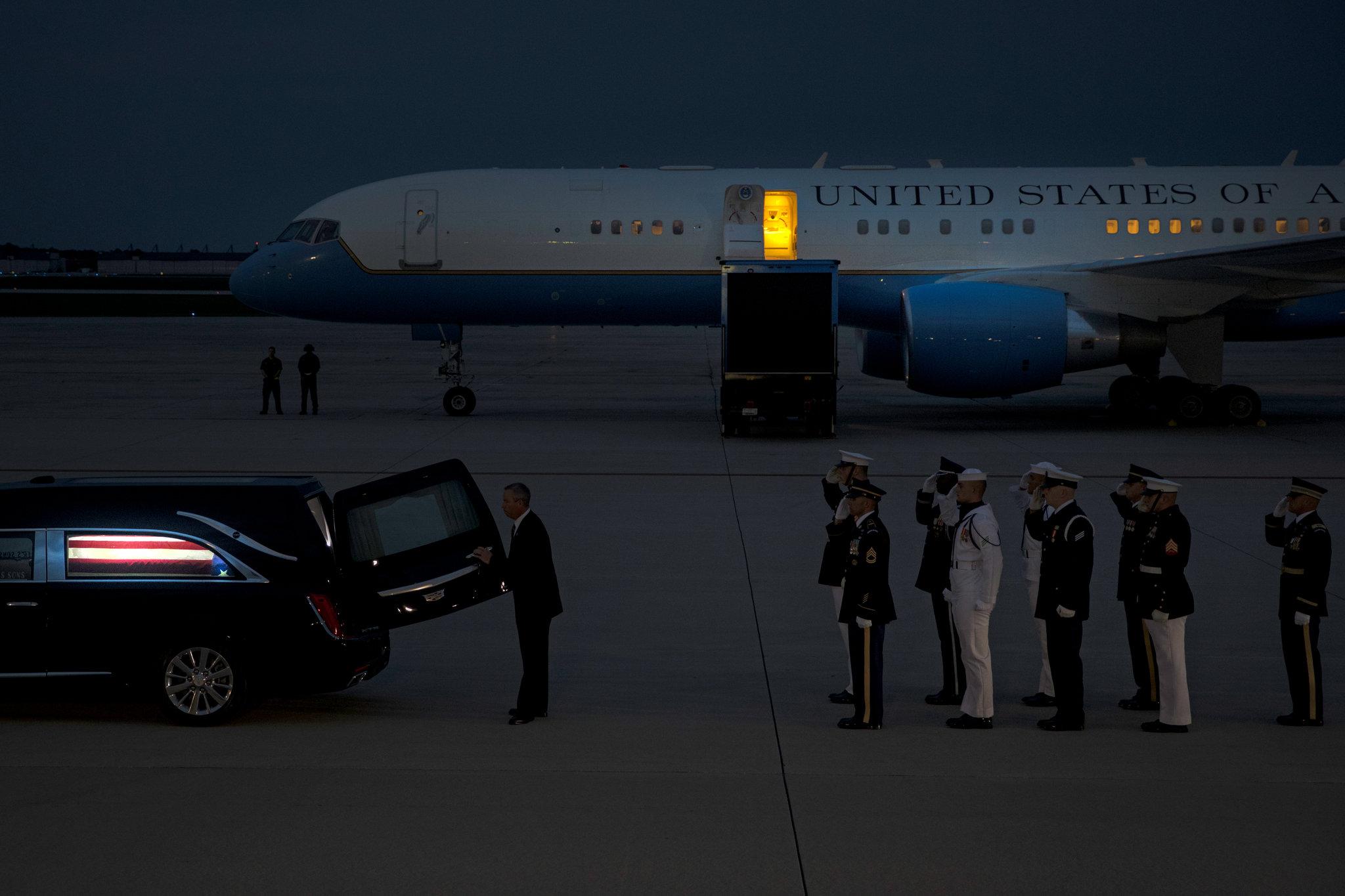 Прибытие гроба сенатора Джона Маккейна в Капитолий США