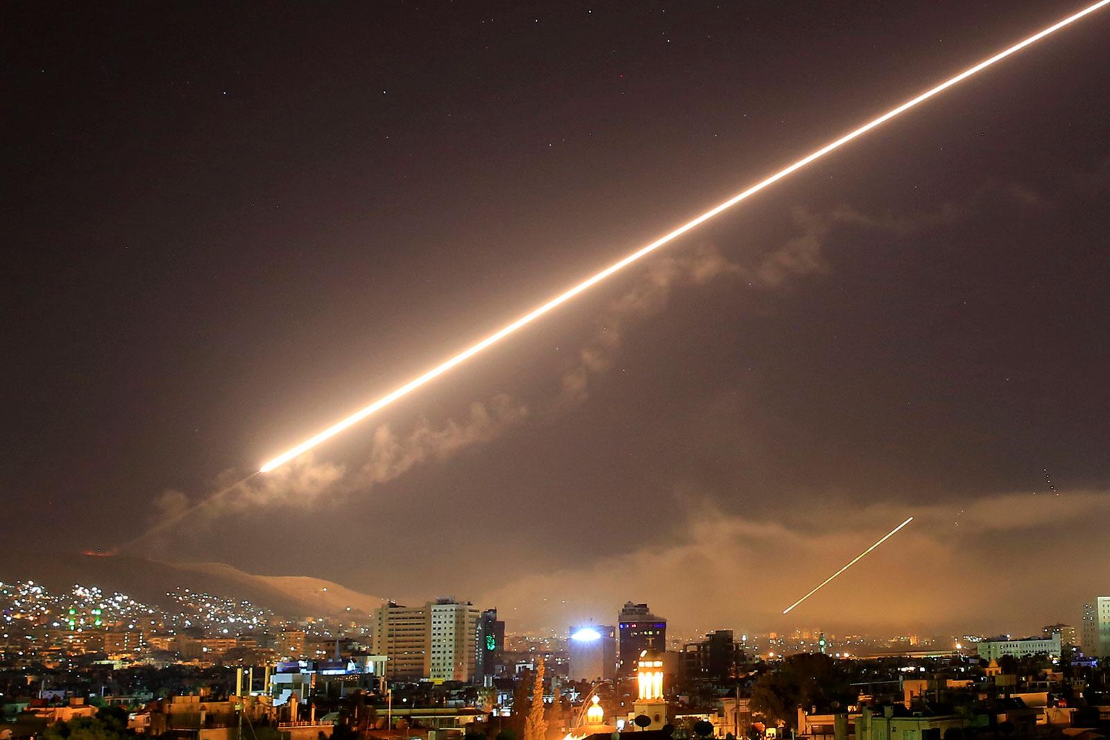 небеса Дамаска вспыхивают зенитным огнем