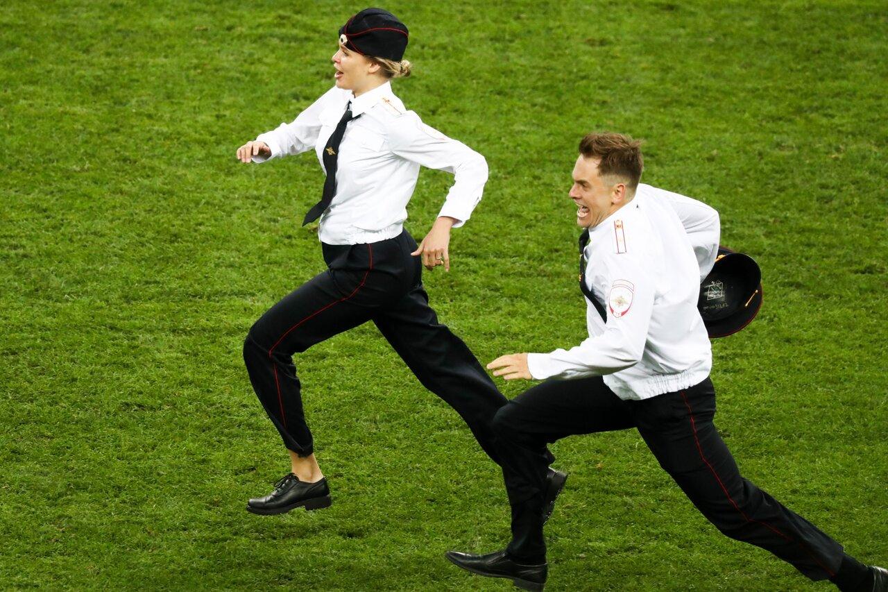 Участники Pussy Riot наполе «Лужников» вовремя финала чемпионата мира пофутболу