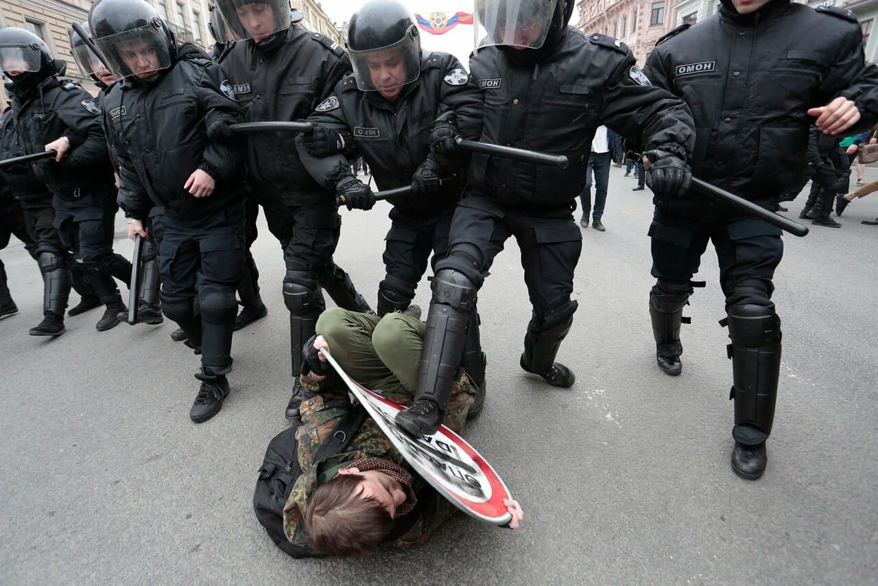 Петербургская полиция на акции оппозиции «Он нам не царь». 5 мая 2018 года.
