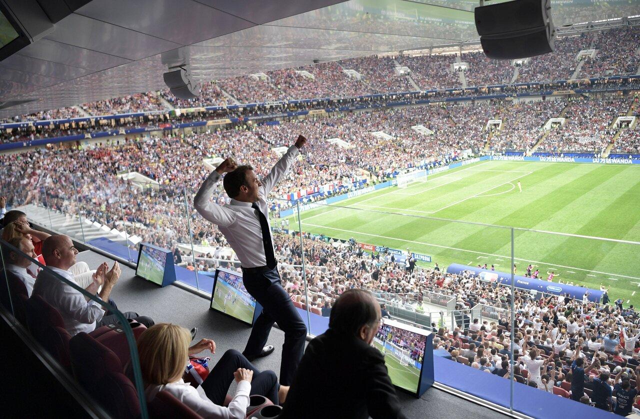 Президент Франции Эммануэль Макрон болеет за свою сборную в финале чемпионата мира