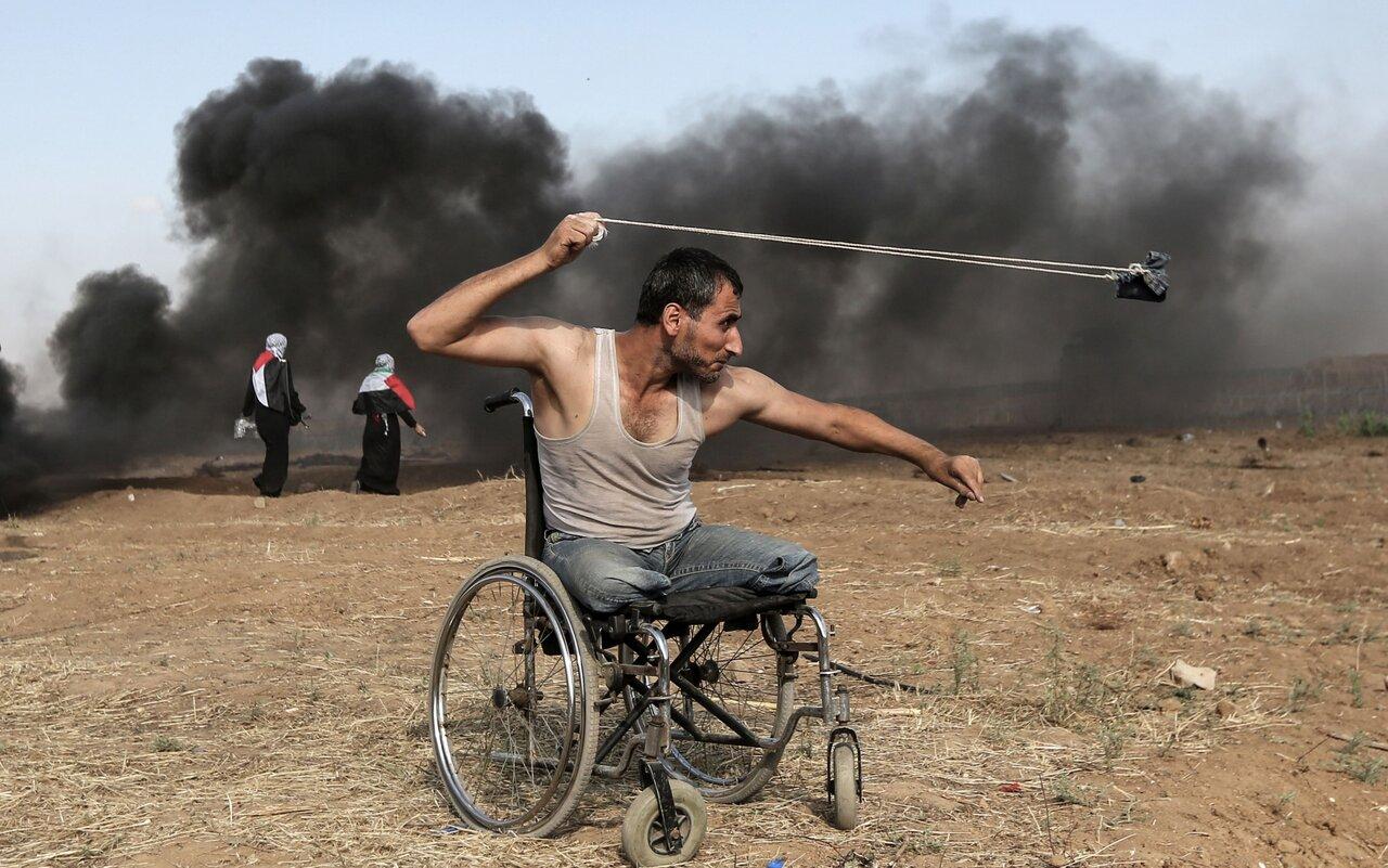 Палестинец атакует израильских солдат во время столкновений у границы сектора Газа
