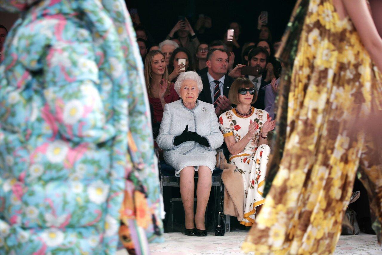 Королева Великобритании Елизавета II во время Лондонской недели моды