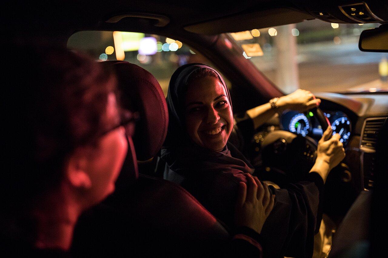 Женщина за рулем автомобиля в Саудовской Аравии