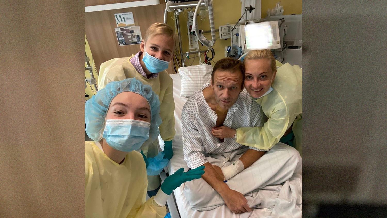 Навальный в больнице в семьей
